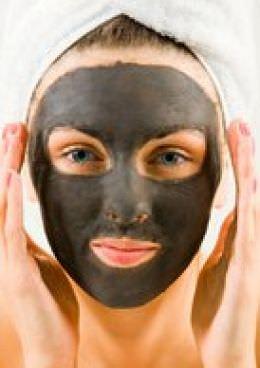 mujer con mascarilla facial de barro