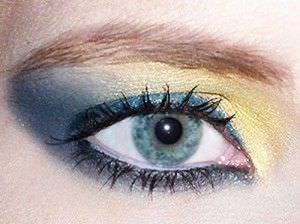 mujer maquillada con sombra azul y amarilla