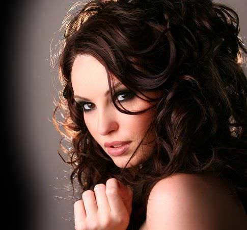 mujer con pelo rizo