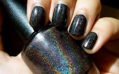 uñas pintadas de negro con brillo