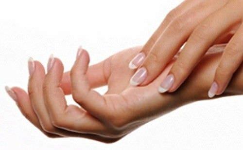 mujer con manos suaves