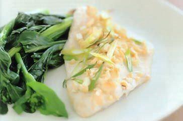 Filetes de pescado asado con mayonesa de cilantro y comino