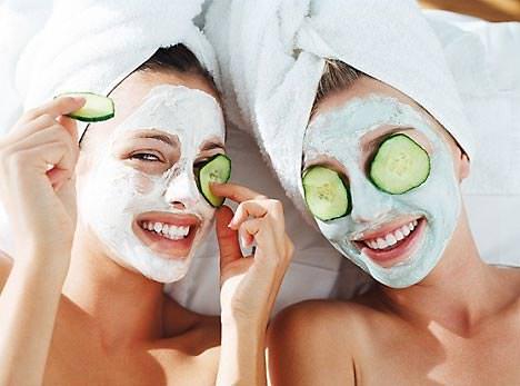 mujeres con mascarillas faciales