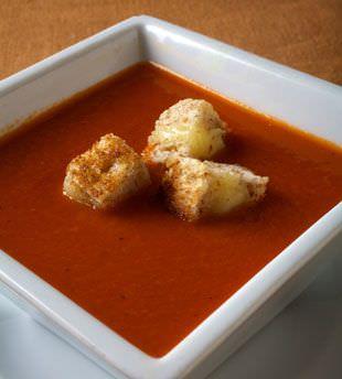 sopa-de-tomate-con-trocitos-de-pan-tostado-de-queso
