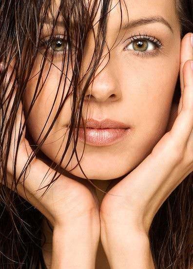 mujer con rostro suave y limpio