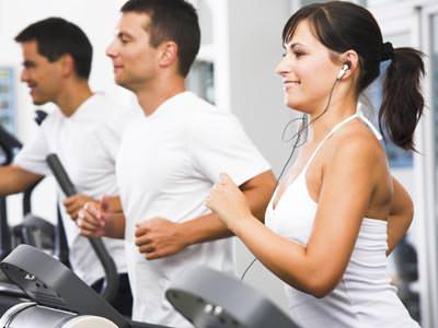 mujeres y hombres haciendo ejercicios