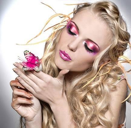 mujer con maquillaje rosa