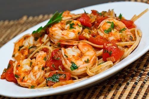 linguini-con-camarones-y-crema-de-tomates-asados