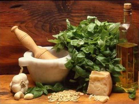 albahaca, queso y mortero
