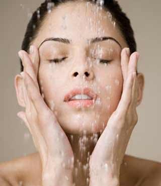 mujer lavando su cara