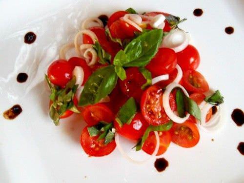 Ensalada de Tomate Cebolla y Albahaca