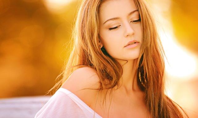 Cuando la piel está hidratada, suaviza las líneas finas y las arrugas, manteniendo el rostro sano y con brillo.