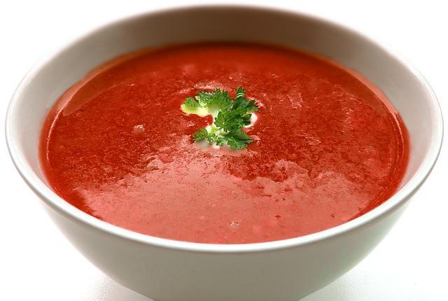 Prepare una rica sopa de tomate simple.