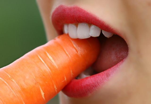 Evite las caries dentales con estos remedios caseros.